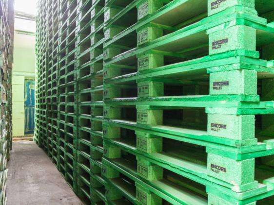 Vihreitä kuormalavoja pinoissa